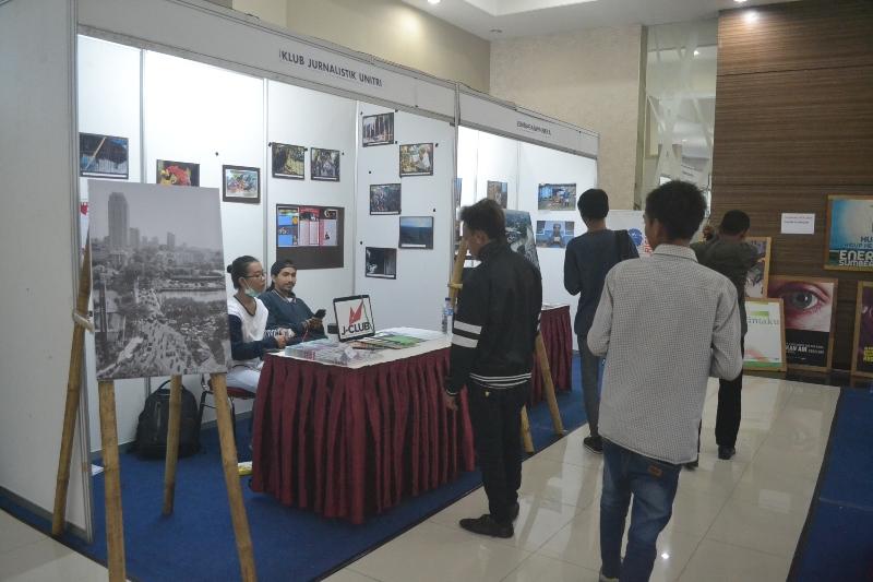 Salah satu stand peserta Bazar Media AJI Malang di Universitas Widya Gama Malang (29-30 Mei 2016)