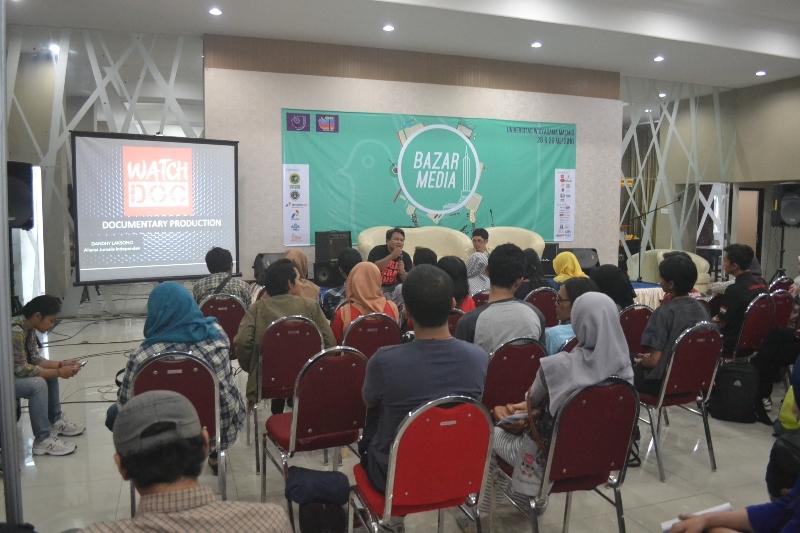 Diskusi film dokumenter setelah sebelumnya nonton bareng film Rayuan Pulau Palsu karya Watchdoc yang digawangi oleh Dandhy D Laksnono di Hall Utama Universitas Widya Gama Malang (29-30 Mei 2016).