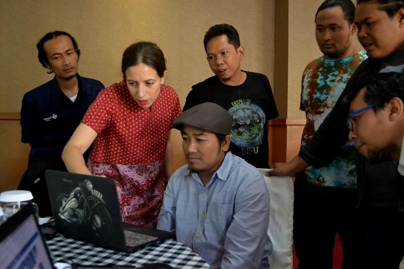 Sabine Torres dalam pelatihan media online bersama AJI Malang